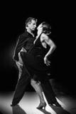 Para tańczy gorący taniec łaciński na ulicy w nocy