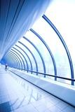 Niebieski szklany korytarz