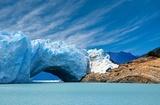 Most lodu w lodowcu Perito Moreno.
