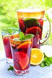 Poncz owocowy w dzban i szklanki