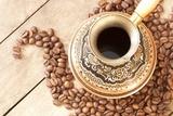 Miedziana Turek na kawę z ornamentami wygrzewającymi się w upale