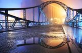 Piękny widok stary miasteczko most przy nocą