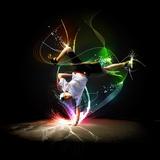 Tancerz uliczny w białej koszuli