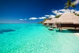 Wille na tropikalnej plaży z kroków do wody