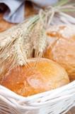 Świeży chleb w koszu