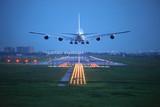 samolot pasażerski przeleci nad startową drogą startową z lotniska