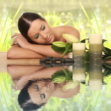 kobieta relaks w spa, z refleksji nad wodą