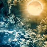 pełnia księżyca nad ciemnym niebem z