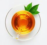 Filiżanka z herbatą i zielonym liściem
