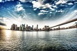Spektakularny widok na Most Brookliński z Brooklynu na brzeg winte