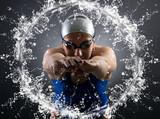 pływak wskakuje do wody.