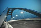 Scena nocy mostu konstrukcji stalowej