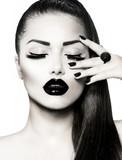 Czarno-biały portret brunetka dziewczynka. Modny manicure z kawiorem