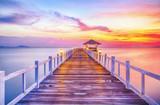 Lesisty most w porcie między wschodem słońca