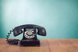 Retro telefon na stole z przodu mięty zielone tło