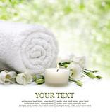 Bacground Spa z ręcznikiem i kwiatami i świecach