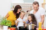 Rodzina gotuje razem spaghetti