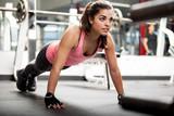 Cute brunette pracy na siłowni
