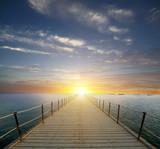 Zachód słońca nad morzem. Molo na pierwszym planie