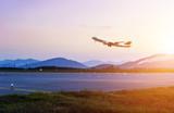 samolot pasażerski leci nad startową drogą startową