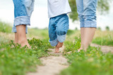 Szczęśliwa rodzina na spacerze w lecie