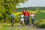 Latem rodzina jeździ na rowerze