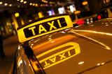 Taxi znak z odbiciem w dachu taxi