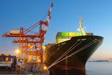 Kontenerowy ładunek zafrachtowań statek z pracującym dźwigowym mostem