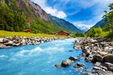 Szwajcarski krajobraz z rzeki strumienia i domów
