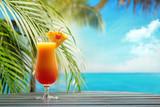 Odświeżający pomarańczowy koktajl na plaża stole.