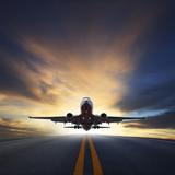 samolot pasażerski startuje z pasów startowych przeciwko pięknej ciemnej sk