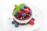 pyszne ciasto z galaretką owocową i świeżymi jagodami