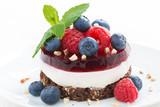 pyszne ciasto z owocową galaretką, orzechami i świeżymi jagodami