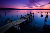 Długi czas ekspozycji krajobraz z jeziorem po zachodzie słońca