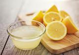 świeżo wyciśnięty sok z cytryny w małej misce