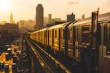Pociąg metra w Nowym Jorku o zachodzie słońca