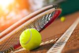 piłka tenisowa na korcie tenisowym