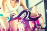 Ludzie kręcą się w siłowni sportowej
