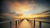 Lesisty most w porcie między wschodem słońca.