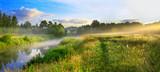 panorama krajobraz lato z wschodem słońca, mgłą i rzeką