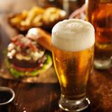 piwo z hamburgerami na stole restauracji