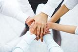 Międzynarodowy zespół biznesu pokazując jedność z ich rąk toget