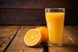 Pomarańczowa owoc i szkło sok na brown drewnianym tle