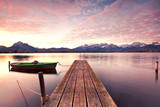 samotna łódź w doku