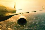 samolot lecący nad miejską sceną