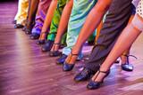nogi tancerza na scenie w pozycji tanecznej, mężczyzna kobieta kolorowy
