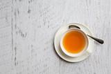Filiżanka herbata z łyżką na białym tle