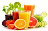 Szkła z świeżymi organicznie warzywnymi i owocowymi sokami na bielu