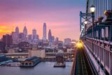 Filadelfia pod mglistym purpurowym zmierzchem