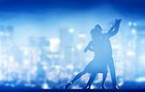 Romantyczna para tańca. Elegancka klasyczna poza. Życie nocne miasta